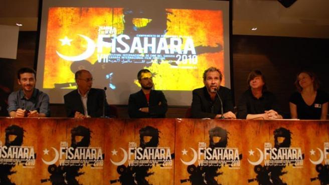 El actor Willy Toledo (cuarto por la izquierda) presenta la VII edición de FiSahara.