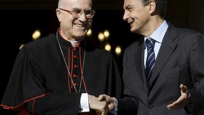 El cardenal Tarcisio Bertone (izda) y el presidente del Gobierno español, José Luis Rodríguez Zapatero, en una imagen de archivo.