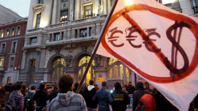 Cientos de estudiantes se manifestaron frente al Ministerio de Educación para mostrar su disconformidad con el Espacio Europeo de Educación Superior (EEES).