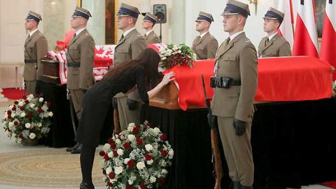 La hija de la fallecida pareja presidencial polaca, Marta Kaczynska, besa el féretro de su madre, Maria Kaczynska, en el palacio presidencial de Varsovia (Polonia)