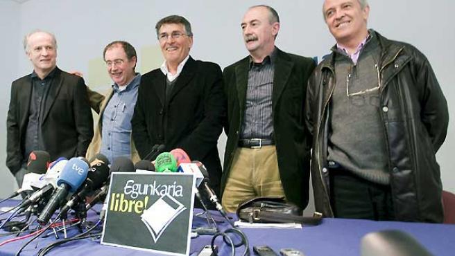 Los cinco directivos del periódico 'Egunkaria', durante la rueda de prensa.