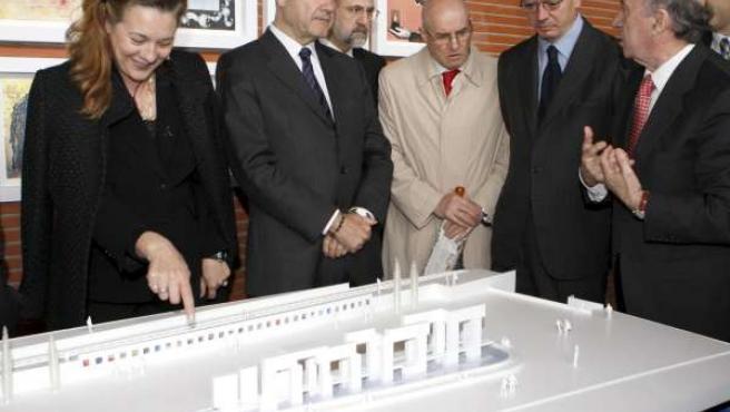 El vicepresidente tercero del Gobierno, Manuel Chaves, y el alcalde de la capital, Alberto Ruiz-Gallardón, durante la presentación del proyecto de monumento.