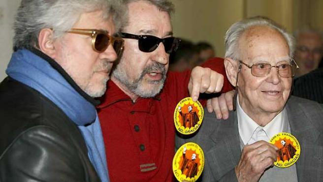 El director manchego, Pedro Almodóvar; el actor José Sacristán y el presidente de la Asociación de ex presos y represaliados políticos antifranquistas, Gervasio Puerta.