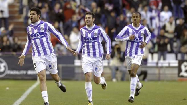 El delantero brasileño del Real Valladolid Diego Costa (i) celebra la consecución del primer gol de su equipo frente al Sevilla.