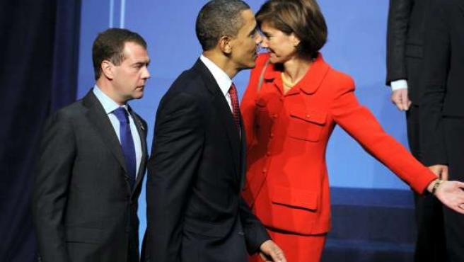 El presidente estadounidense, Barack Obama (c), camina junto al presidente ruso, Dmitry Medvedev.