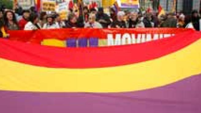La Segunda República sigue contando con numerosos defensores.