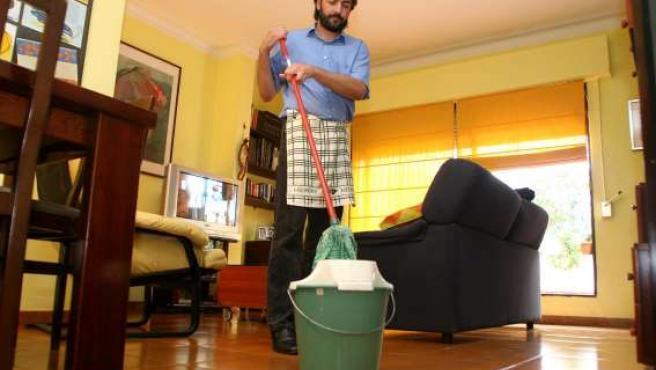 Un hombre realizando las tareas del hogar.