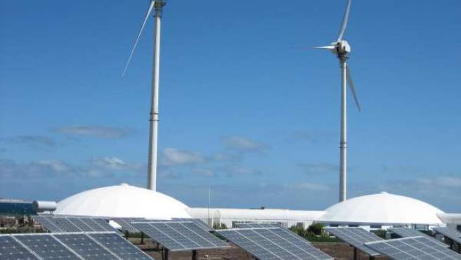Imagen De Molinos De Un Parque Eólico Y Plataformas De Energías Renovables.