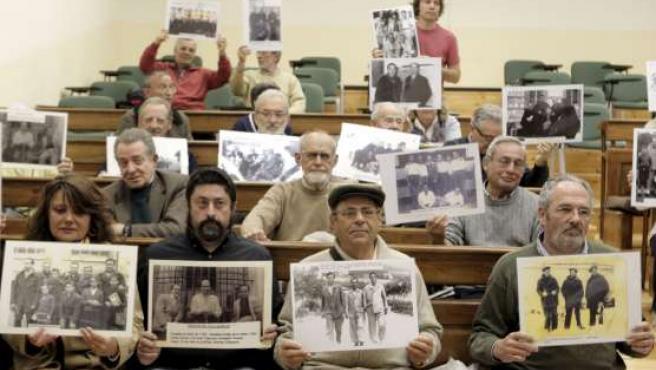 Asistentes al encierro simbólico de apoyo al juez Garzón que tiene lugar en la Facultad de Relaciones Laborales de la Universidad Complutense de Madrid.