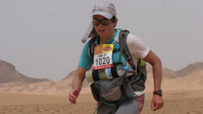 Mónica Aguilera, en plena disputa de una de las etapas del Marathon des Sables 2010.