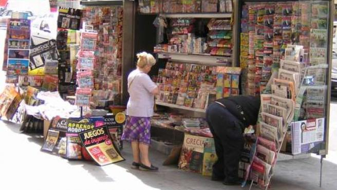 Numerosas publicaciones se acumulan en un quisco.