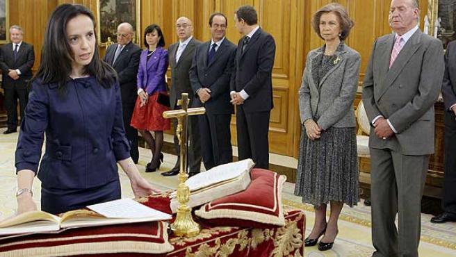 La ministra de Vivienda, Beatriz Corredor, promete su cargo ante el Rey en abril de 2008.