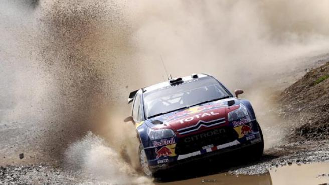 El piloto francés de Citroën, Loeb, pilota su coche en el Rally de Turquía.