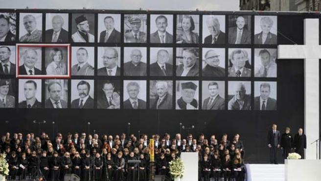 Los rostros de los fallecidos en la tragedia aérea en Rusia presiden el escenario en Varsovia donde este sábado se han celebrado los funerales civil y religioso.