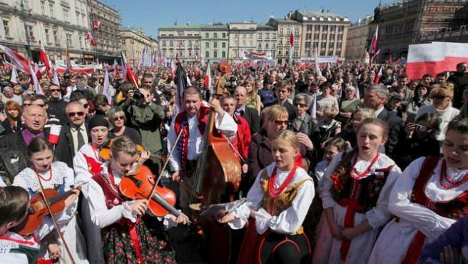 Miles de ciudadanos polacos se concentran en Cracovia para despedir a la pareja presidencial