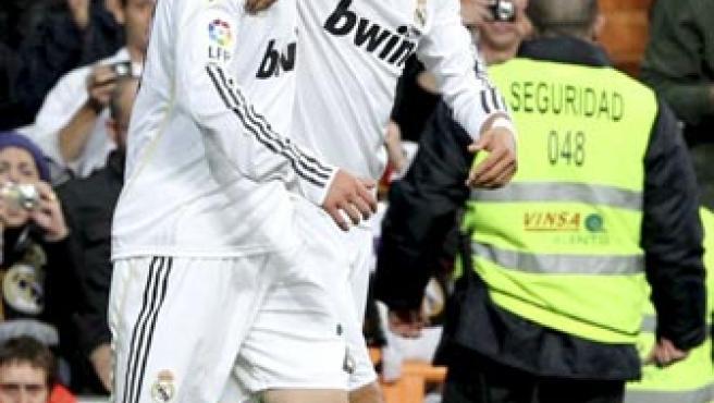 El delantero argentino del Real Madrid Gonzalo Higuaín (i) celebra junto a su compañero portugués Cristiano Ronaldo el gol marcado al Valencia.