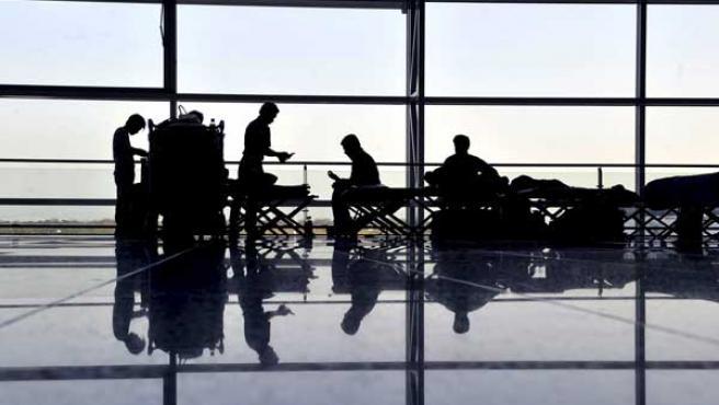 Varios viajeros esperan en el aeropuerto de Fráncfort (Alemania).