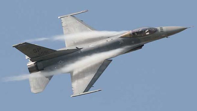 Un caza F-16, como los que han sobrevolado Europa.