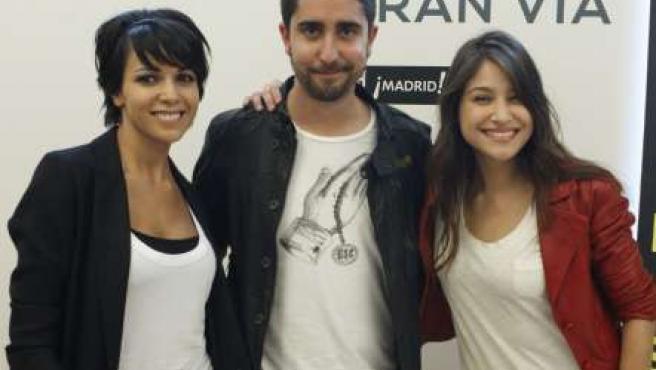 Álex Ubago, posa junto a Raquel del Rosario, vocalista del grupo de pop El Sueño de Morfeo, y la cantante Georgina.