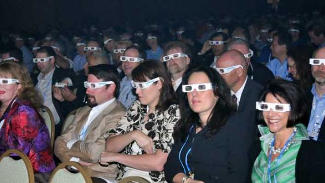 Los espectadores con gafas 3D.