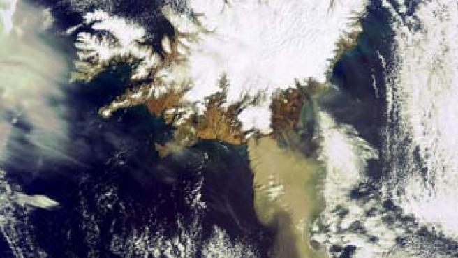 Imagen tomada por el satélite Envisat en la que se puede distinguir la erupción del volcán Eyjafjallajoekull.