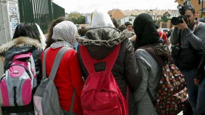 Algunas de las menores que decidieron llevar velo a su instituto de Pozuelo de Alarcón, en solidaridad con su compañera Najwa Malha.