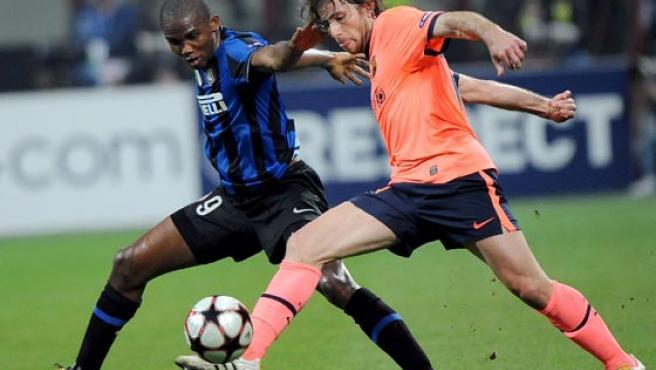 Maxwell, del FC Barcelona, (d) pelea por el balón con el camerunés Samuel Eto'o (i) del Inter de Milán.