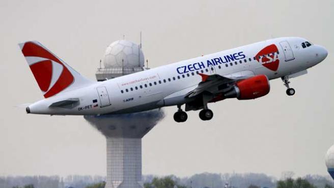 Un avión de Czech Airlines despega del aeropuerto Okecie de Varsovia (Polonia).