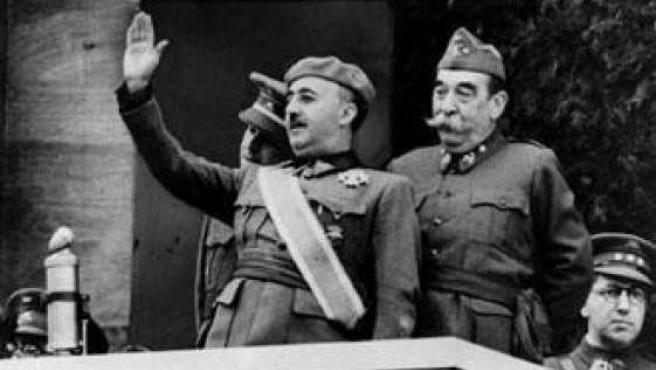 Francisco Franco durante el discurso que pronunció para celebrar la victoria de sus tropas y el fin de la Guerra Civil.