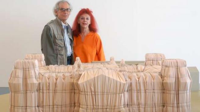 Christo Y Jeanne-Claude Ante Maqueta Del Parlamento Alemán