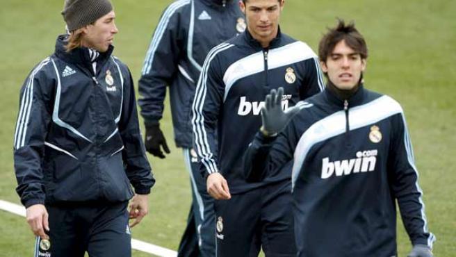 Los jugadores del Real Madrid Sergio Ramos, Kaká y Cristiano Ronaldo, durante el entrenamiento del equipo.