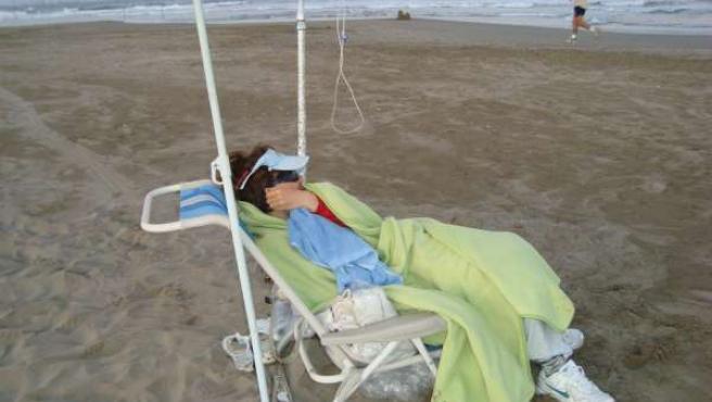 Elvira, 'la chica burbuja', va a última hora de la tarde a la playa para respirar aire puro.