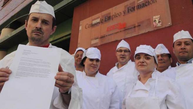 Tras 750 horas de clase, 12 hombres y mujeres se han quedado sin el título de cocinero que les habían prometido.