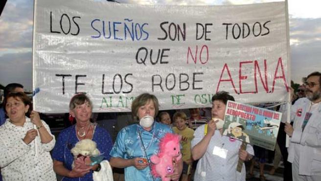 Vecinos del barrio madrileño de Alameda de Osuma se manifiestan en pijama contra el ruido de Barajas.