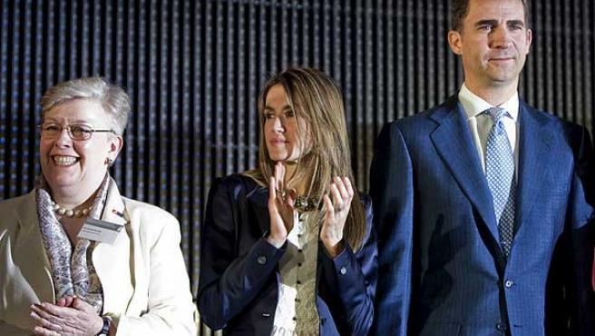 Los principes de Asturias, durante la entrega de los premios Inventor Europeo del año 2010, junto a la presidenta de la OEP, Alison Brimelow.