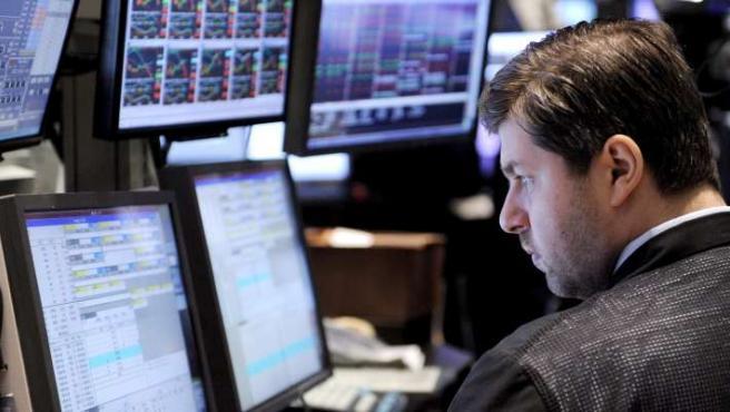 Un corredor trabaja durante el cierre de la jornada de negocios en la Bolsa de Valores de Nueva York (EE UU).