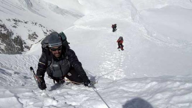 El montañero Carlos Pauner (primer término), junto a Juanito Oiarzábal y Tolo Calafat, a su llegada al campo 3, en la ascensión al Annapurna
