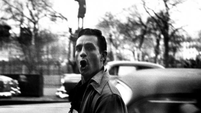 Fotografía realizada por Allen Ginsberg del escritor Jack Kerouac, en una calle de Manhattan.