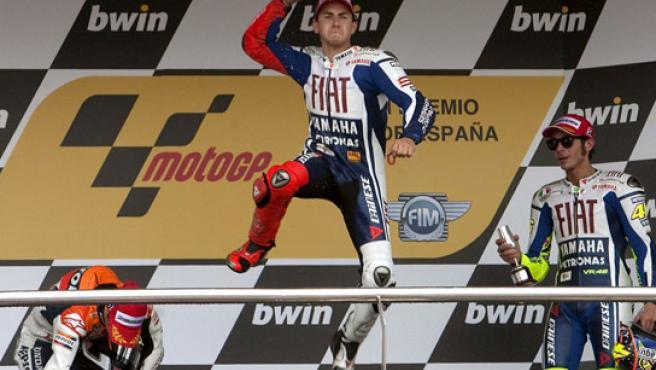 Jorge Lorenzo celebra en el podio su triunfo en la carrera de MotoGP del Gran Premio de España, celebrado este fin de semana en Jerez.