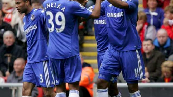 Didier Drogba y Nicolas Anelka, delanteros del Chelsea, celebran el gol del marfileño ante el Liverpool.