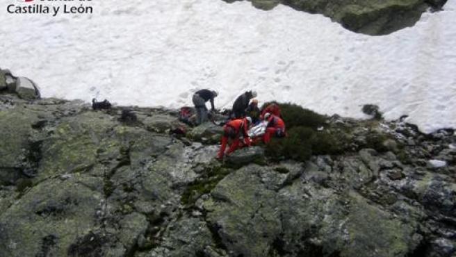 Los Equipos De Rescate Atienden A La Montañera.