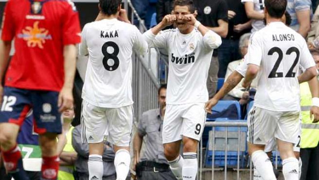 El delantero portugués del Real Madrid Cristiano Ronaldo celebra con sus compañeros Kaká y Xabi Alonso uno de sus goles ante Osasuna.