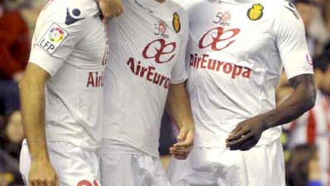 El delantero del Mallorca Aritz Aduriz celebra junto a sus compañero Julio Álvarez y Pierre Webó su gol ante el Athletic de Bilbao.