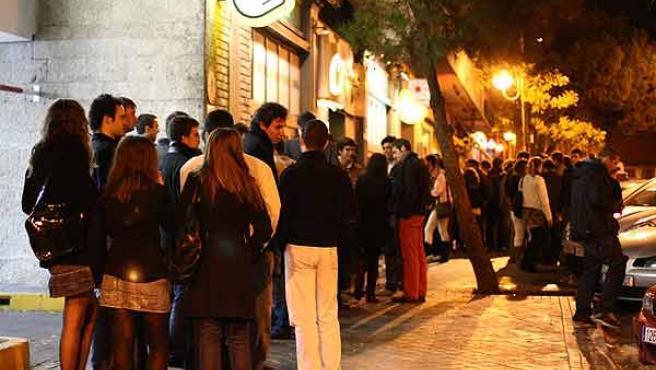 Jóvenes haciendo cola en la entrada de una discoteca en Madrid.