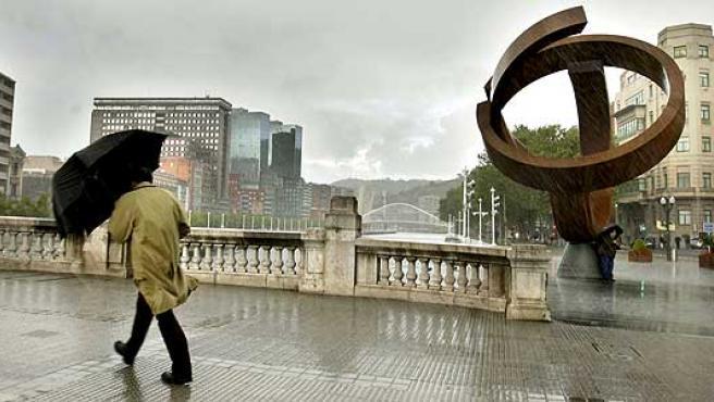 <p>Las gabardinas y el paraguas, imprescindibles este lunes en Bilbao.</p>