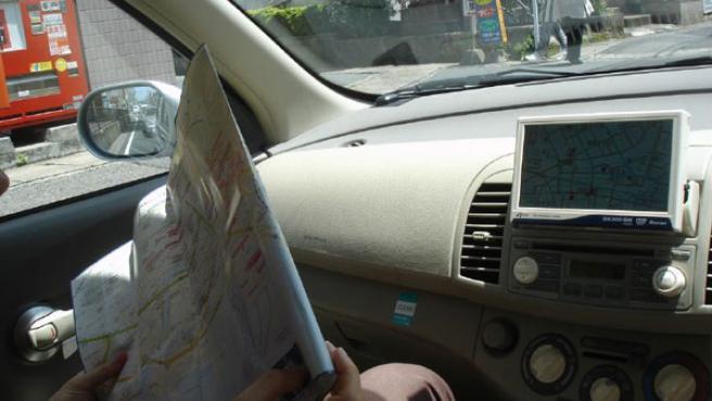 Un usuario de GPS consulta un mapa