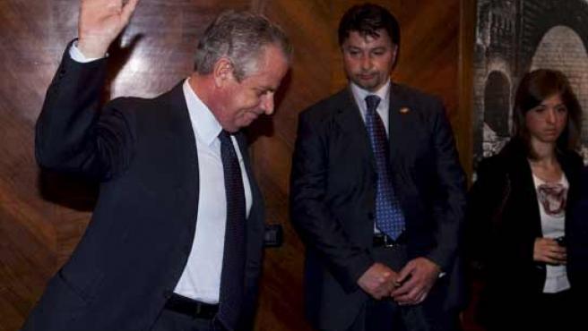 El ministro de Desarrollo Económico italiano, Claudio Scajola, se despide tras anunciar en rueda de prensa su dimisión.