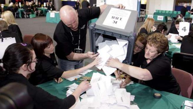 Jueces electorales inician el conteo de votos durante la jornada de elecciones generales en el colegio Adam Smith, en Kirkcaldy, Escocia (Reino Unido).