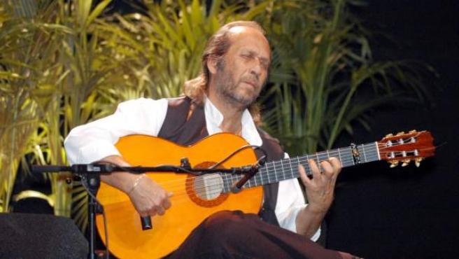 """El músico en un concierto en Madrid en 2005. Nacido el 21 de diciembre de 1947 en el pueblo gaditano de Algeciras con el nombre de Francisco Sánchez Gómez, a los 7 años cogió por primera vez una guitarra, desde entonces mantuvo con ella una relación de amor-odio. """"La guitarra es una hija de puta, la detesto. Es como una relación de amor y odio, que a mí me hace polvo. ¡Cómo me gustaría encontrar algo que me permitiera no tocar más!"""", dijo en una entrevista en Público en 2008."""