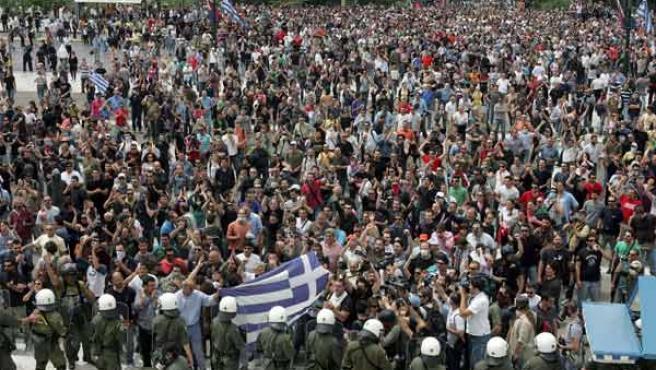 Miles de manifestantes protestan frente al Parlamento griego en Atenas, el pasado miércoles.
